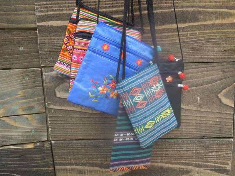 新品 ベトナムの民族調ポーチ、携帯ケース、ミニショルダー アオザイ デザイン、花刺繍